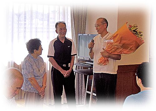 奥村先生に花束贈呈